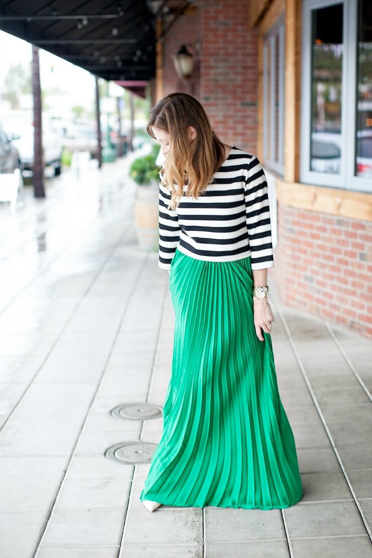 зеленая юбка плиссе с полосатой рубашкой
