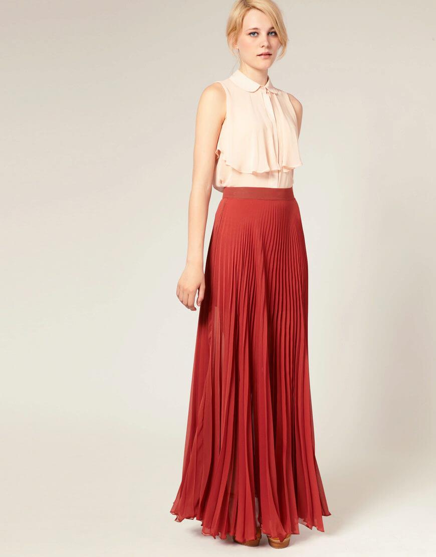 красная длинная юбка плиссе с белой рубашкой