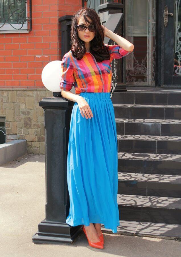 голубая юбка плиссе с красной рубашкой с чем носить