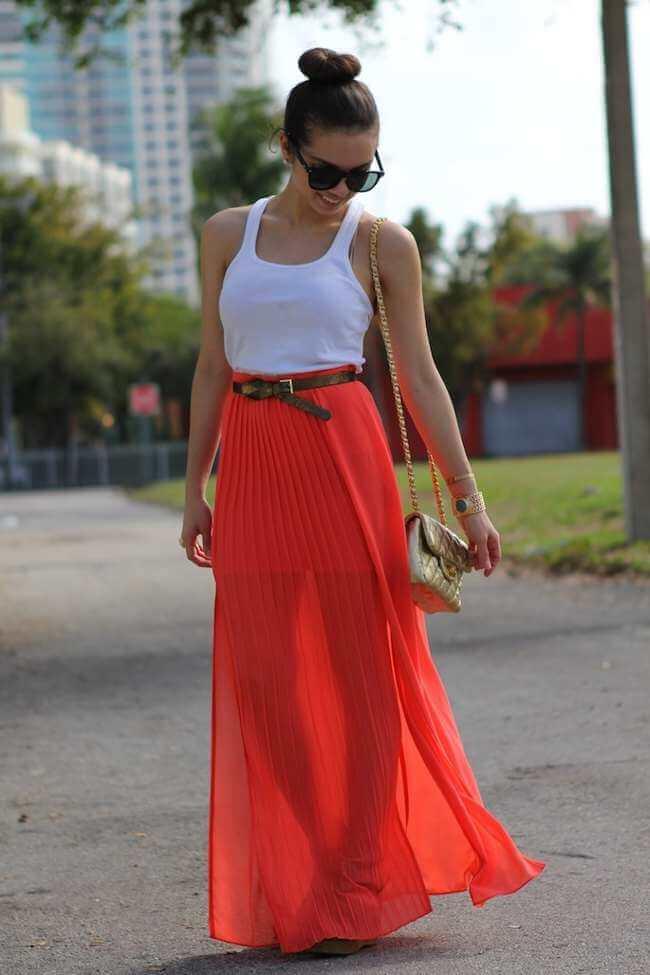 красная юбка плиссе с белой майкой с чем носить