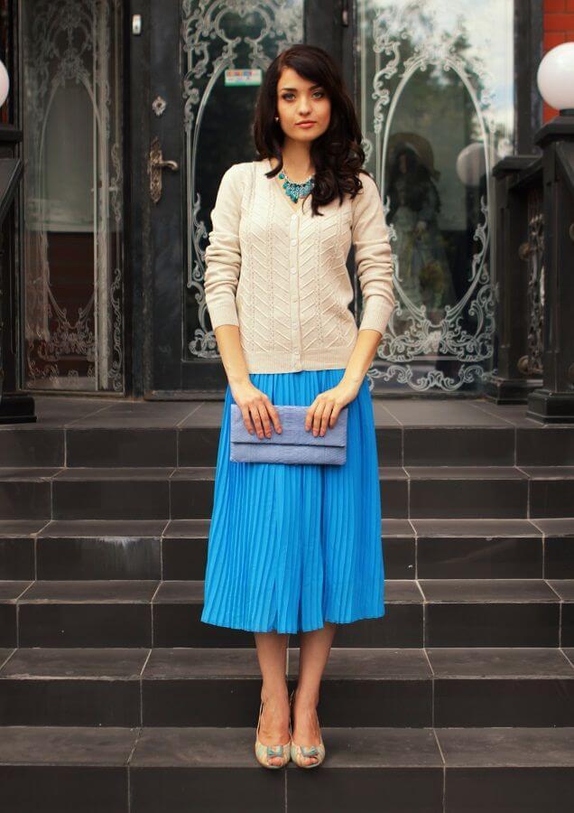 голубая юбка плиссе белым свитером с чем носить