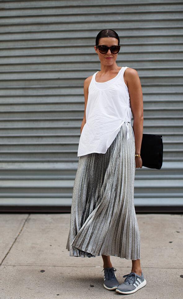 серебряная юбка плиссе металлик с белой майкой с чем носить