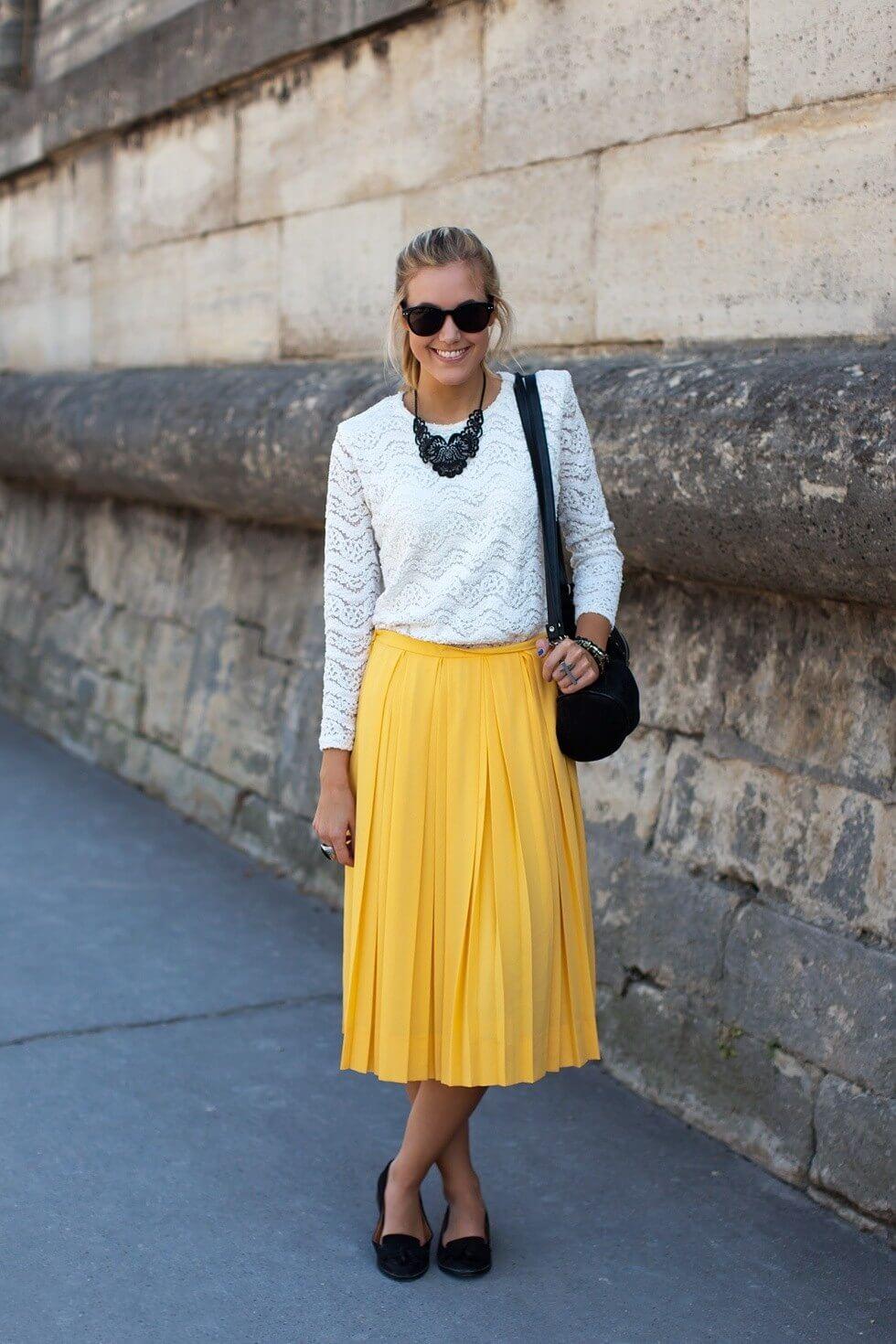 желтая юбка плиссе с белым свитером с чем носить