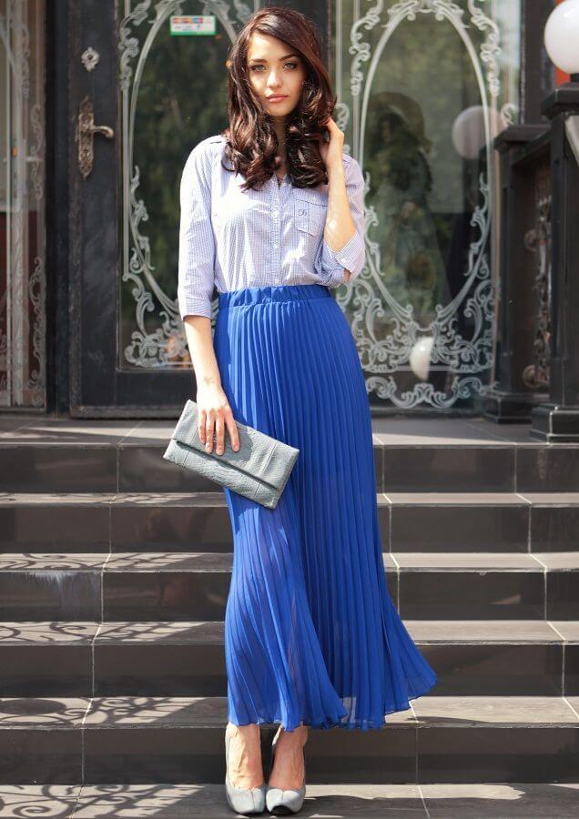синяя юбка плиссе с белой рубашкой