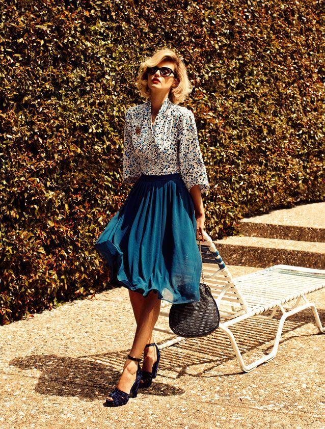 синяя юбка плиссе с цветочной рубашкой