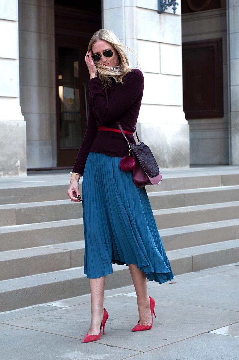 синяя юбка плиссе с черной рубашкой