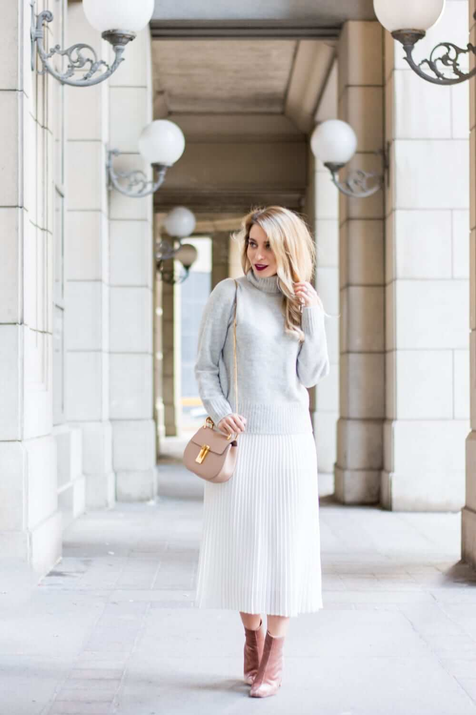 с чем носить белую юбку плиссе с серым свитером