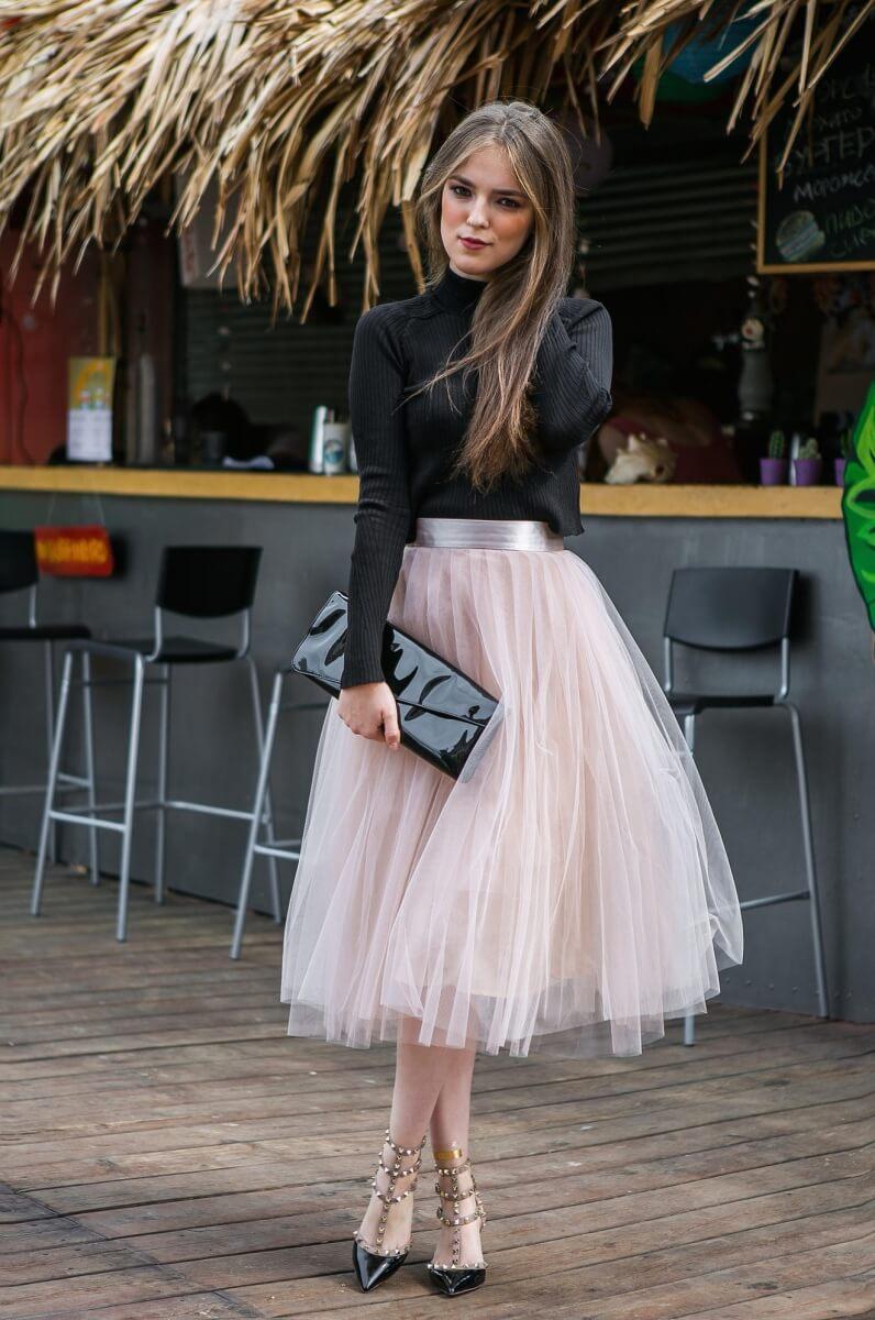 розовая юбка плиссе из фатина с черным свитером с чем носить