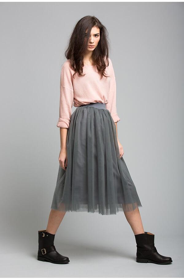 серая юбка плиссе из фатина с розовым свитером с чем носить