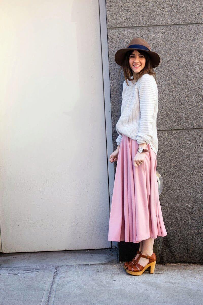 розовая юбка плиссе с белым свитером с чем носить