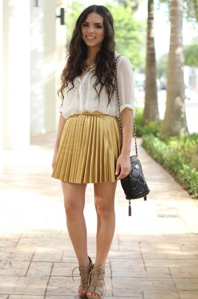 желтая юбка плиссе с белой рубашкой
