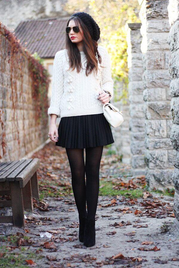 черная короткая юбка плиссе с белым свитером