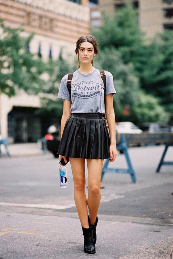 черная юбка плиссе с серой футболкой