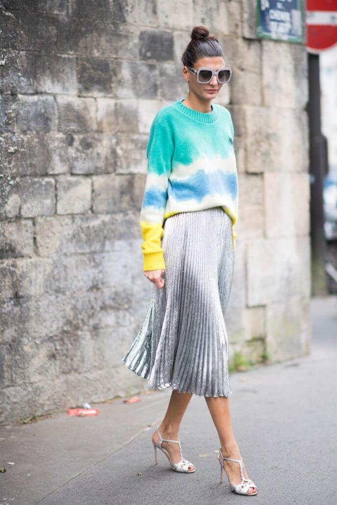 серая юбка плиссе металлик с голубым свитером с чем носить