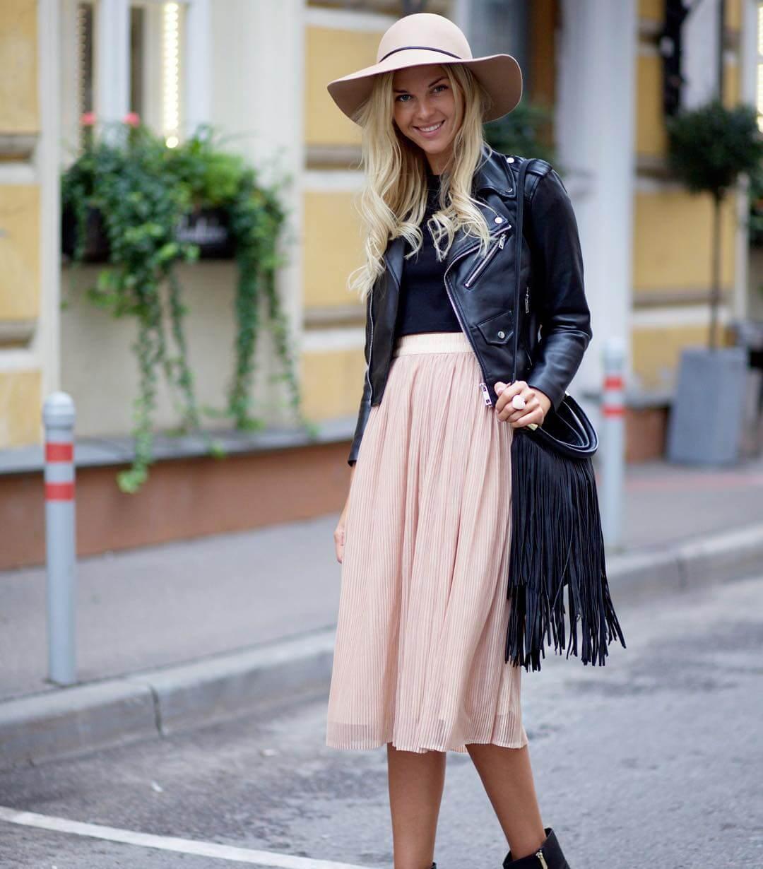 с чем носить розовую юбку плиссе до колена с кожаной курткой