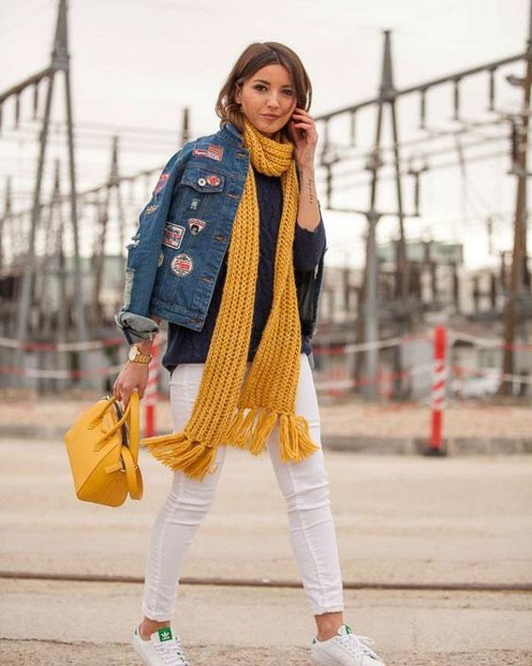 желтый длинный шарф с джинсовкой