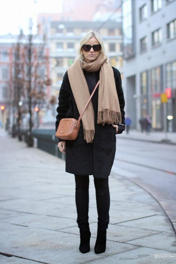 как носить длинный бежевый шарф с черным пальто