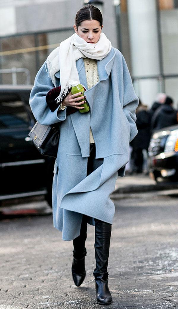 как носить белый шарф с голубым пальто