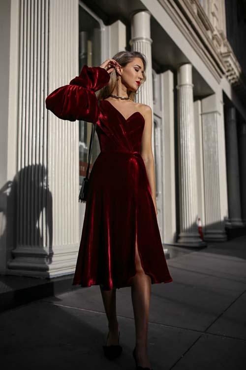 темное барахатное платье красное