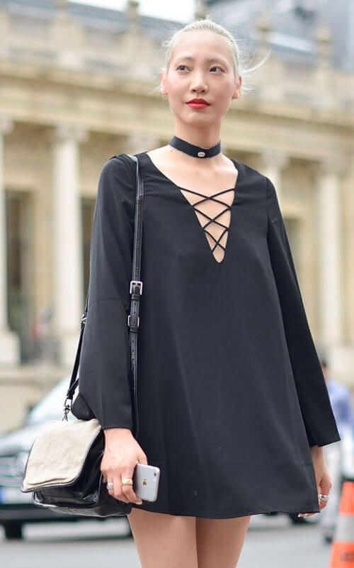 чокер с черным платьем