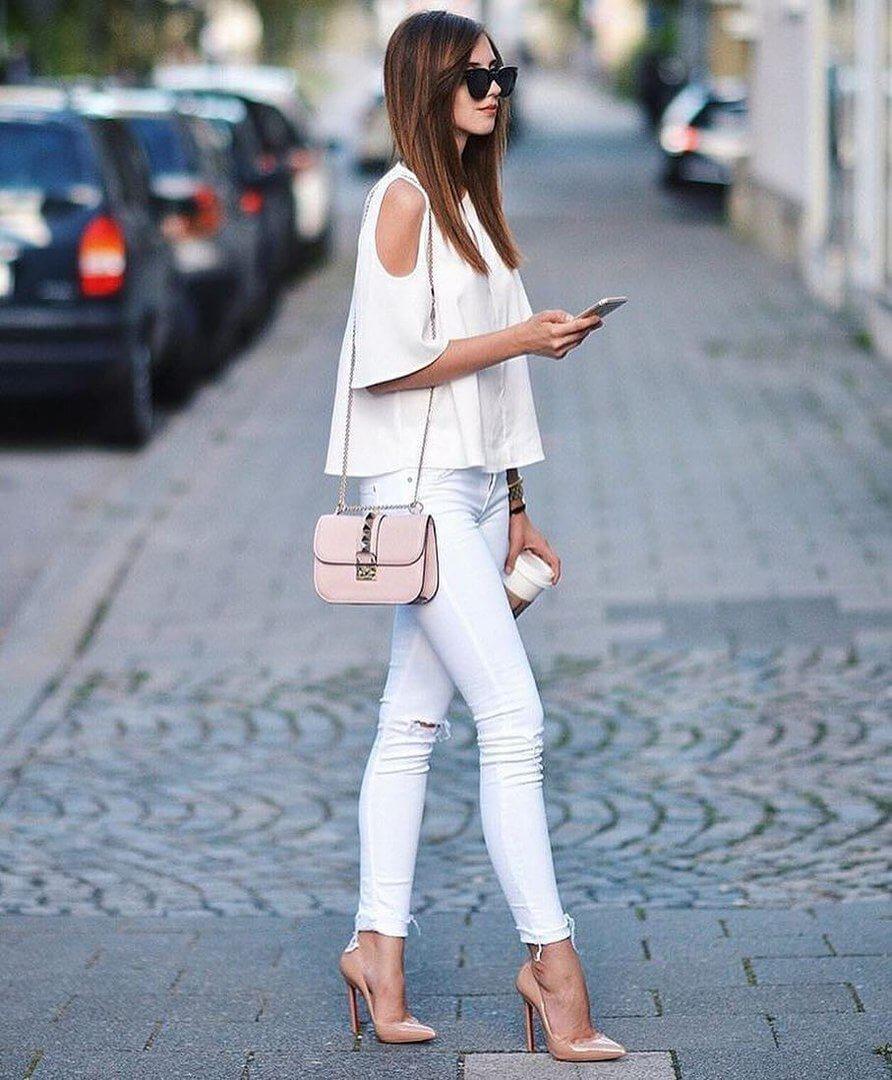 Белые рваные джинсы с белым топом