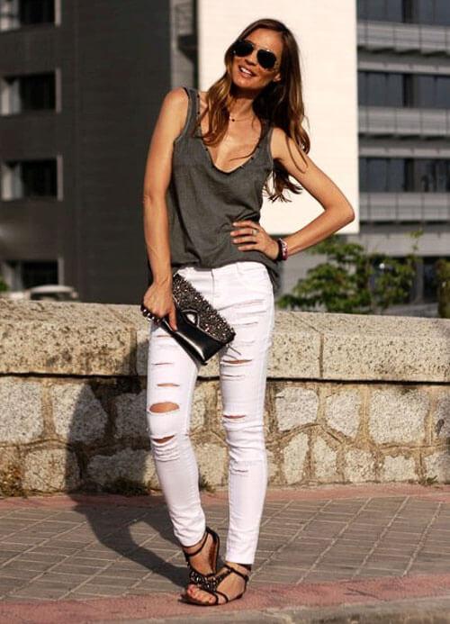 Белые рваные джинсы с топом