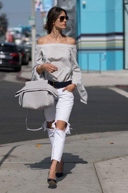 Белые рваные джинсы с топом на плечах