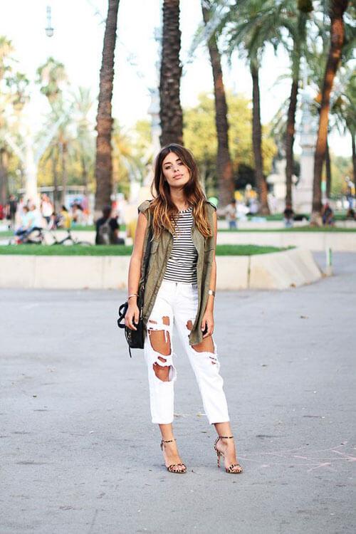 Белые рваные джинсы с каблуками
