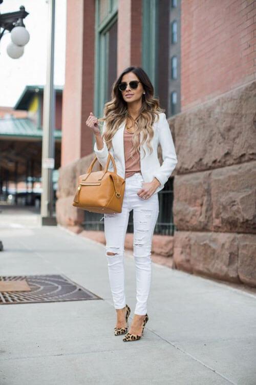 Белые рваные джинсы с белым пиджаком