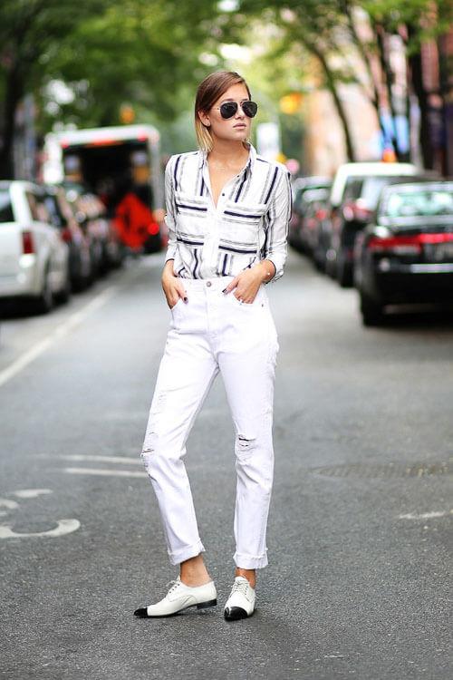 Белые рваные джинсы с белой полосатой рубашкой