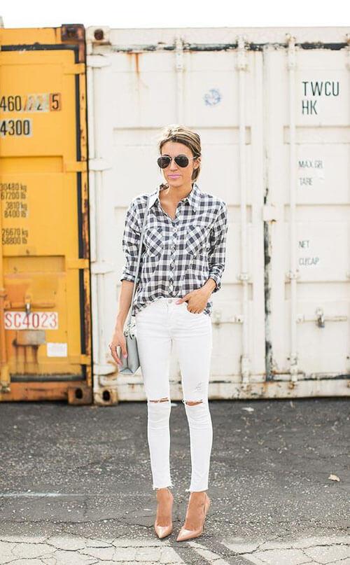 Белые рваные джинсы с клетчатой рубашкой