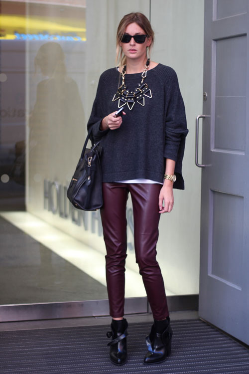 как носить бордовые кожаные брюки  с колье