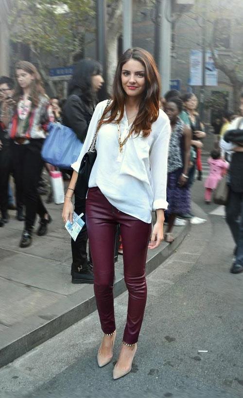 как носить бордовые кожаные брюки  с белой ковтой