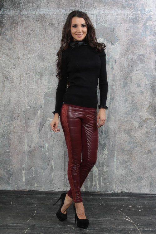 как носить бордовые кожаные брюки с черной ковтой