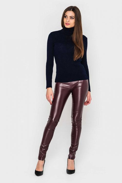 как носить бордовые кожаные брюки с водолазкой