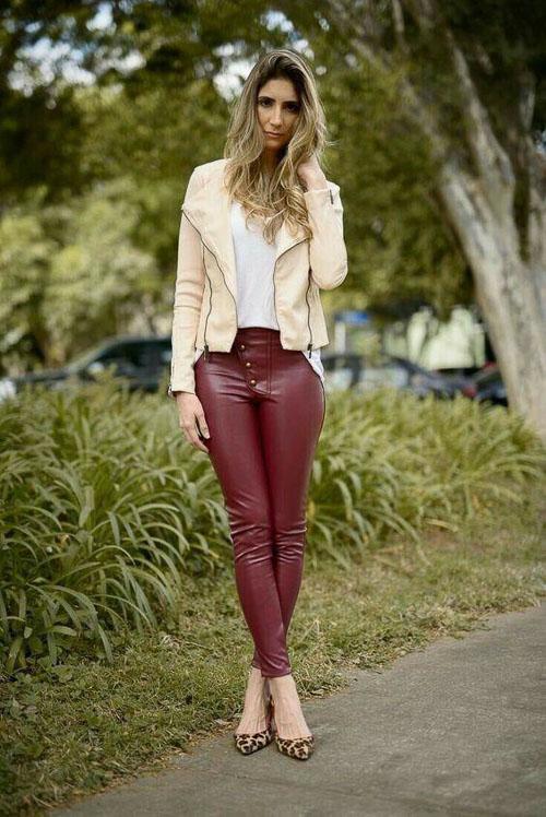 как носить бордовые кожаные брюки с бежевой кожанкой