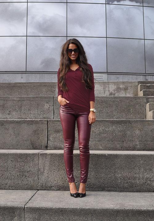 как носить бордовые кожаные брюки