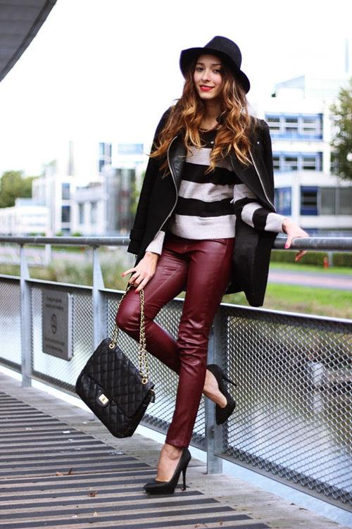 как носить бордовые кожаные брюки с пальто