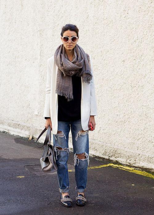 Широкие рваные джинсы с объемным шарфом