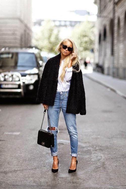 Рваные джинсы с пальто