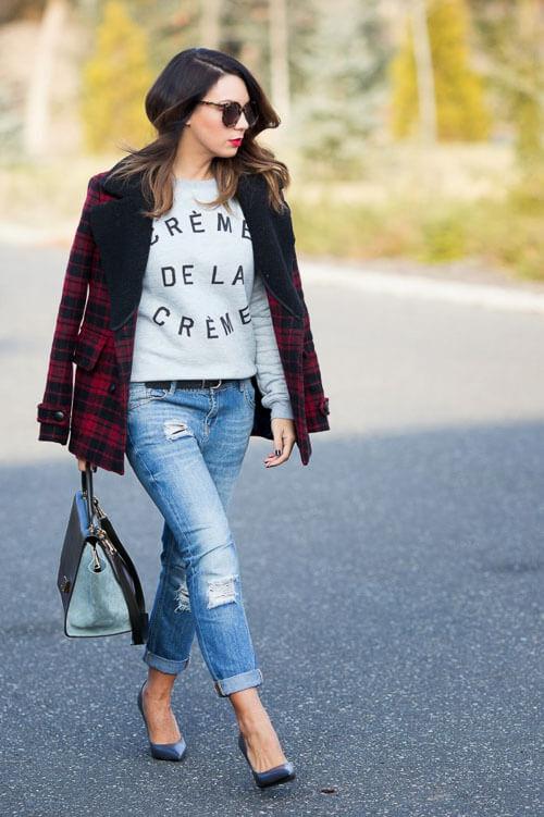 Рваные джинсы с клетчатым пальто