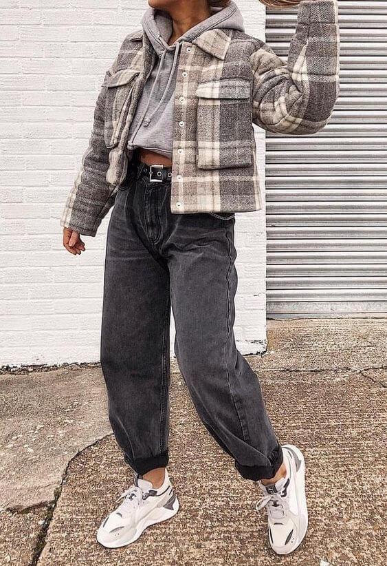 джинсы слоучи с белыми кроссовками