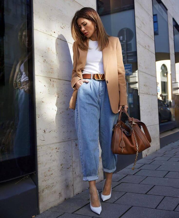 джинсы слоучи с коричневым пиджаком