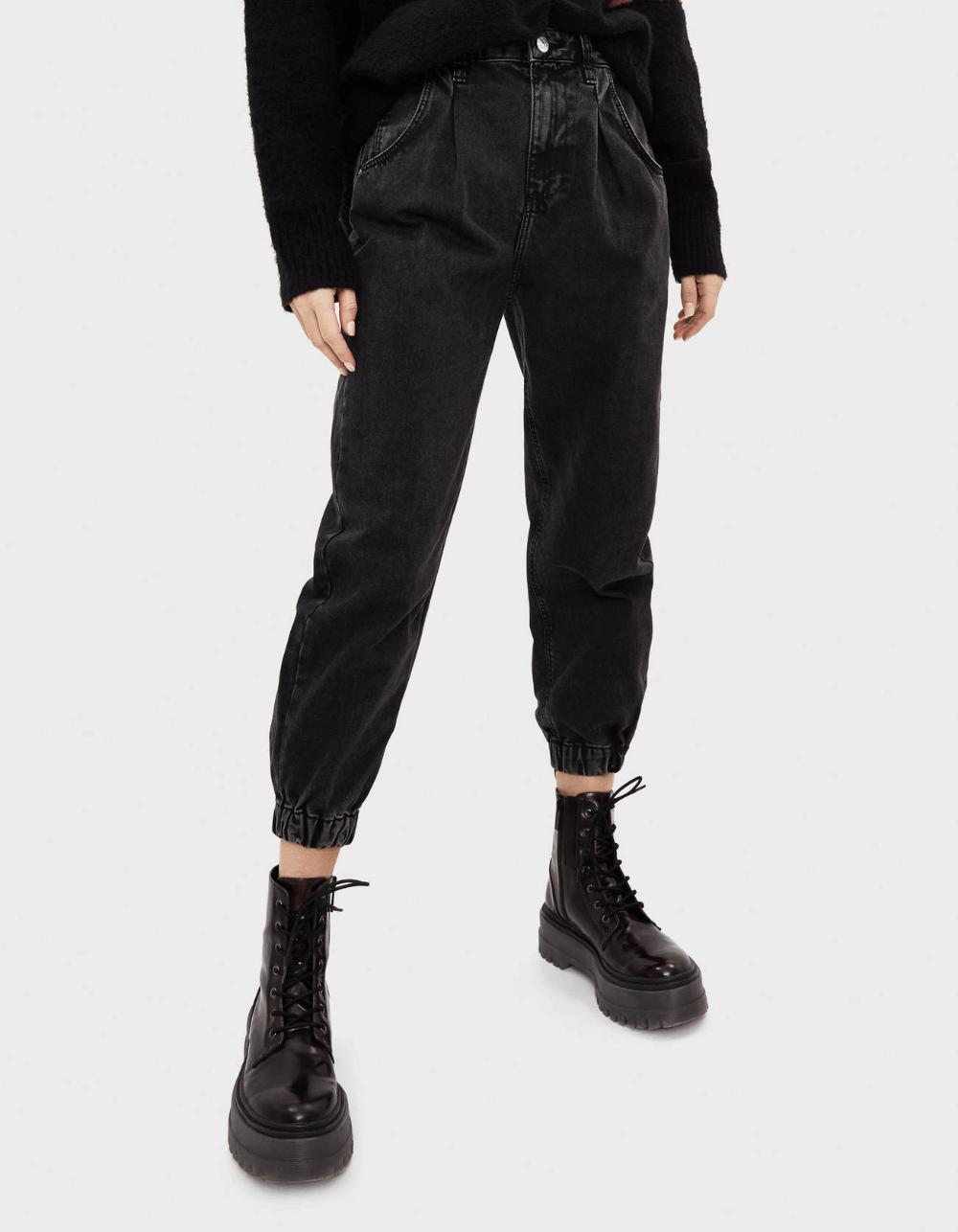 джинсы слоучи с черными ботинками