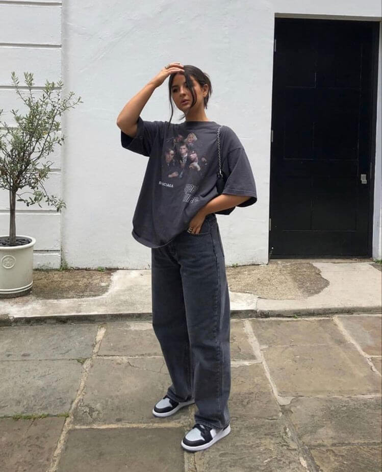 джинсы слоучи с серой футболкой