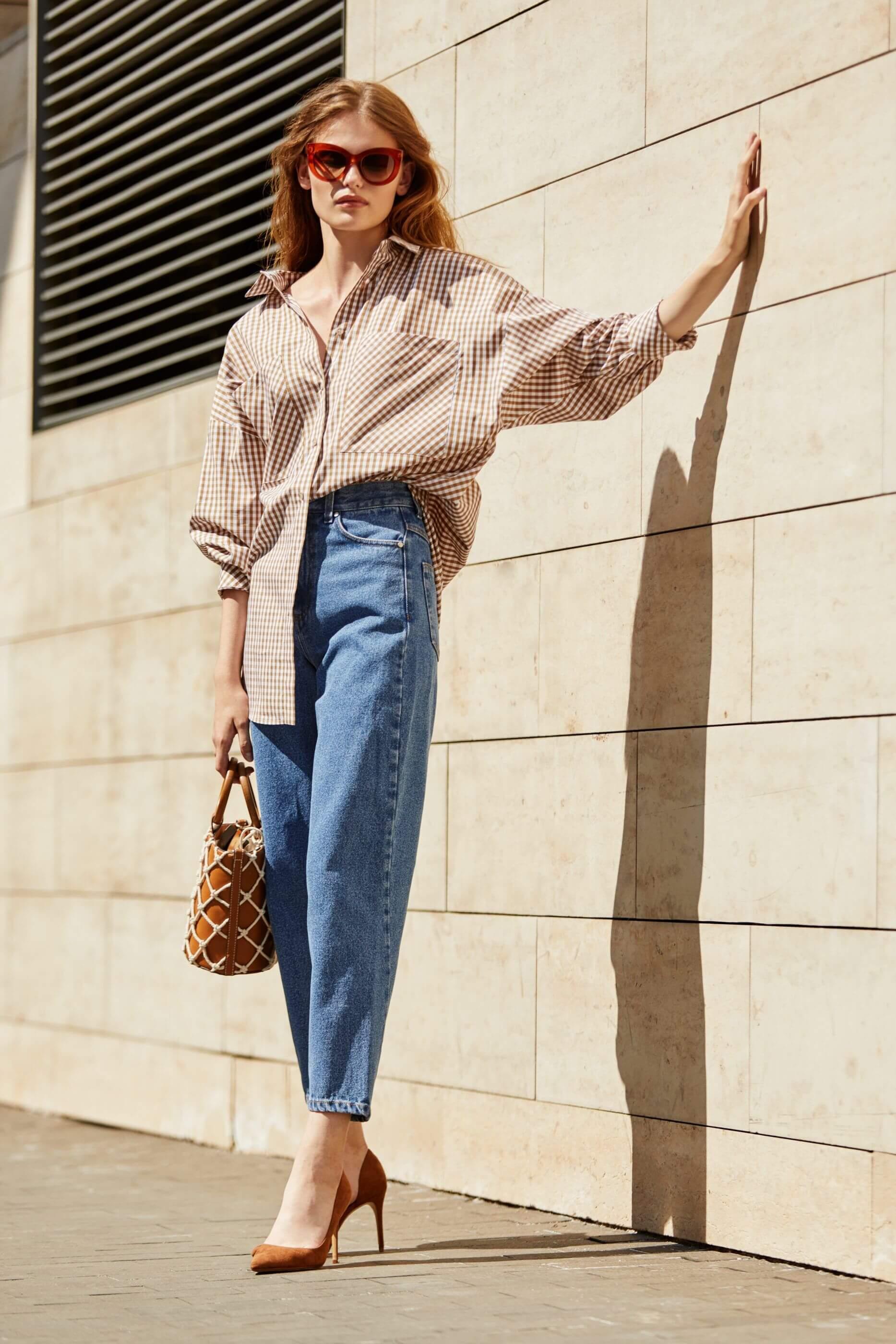 джинсы слоучи с рубашкой в клетку и каблуками