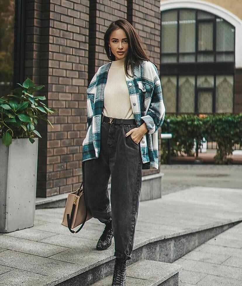 джинсы слоучи с рубашкой объемной