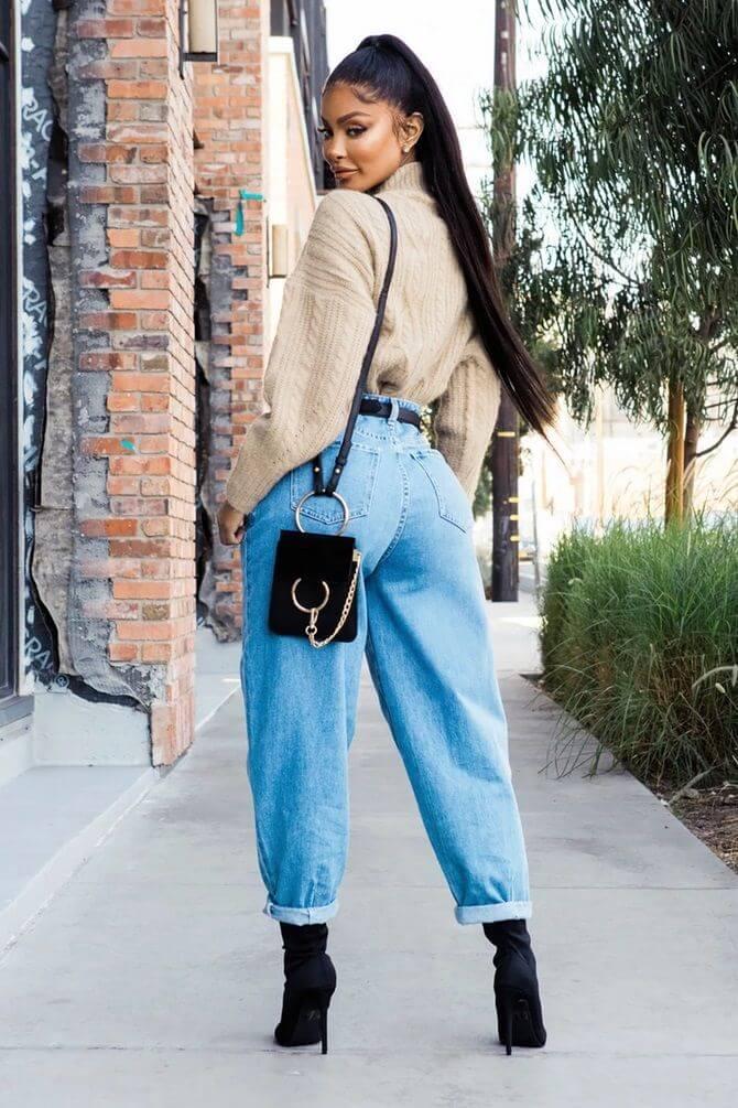 джинсы слоучи с бежевым свитером