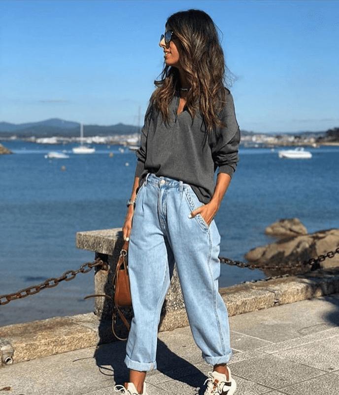 джинсы слоучи с темным свитером