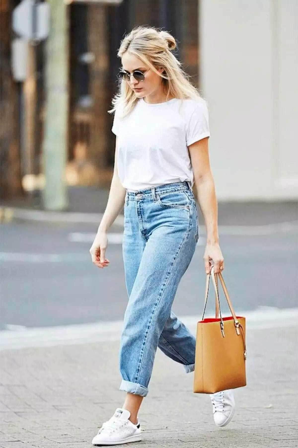 джинсы слоучи с белой футболкой